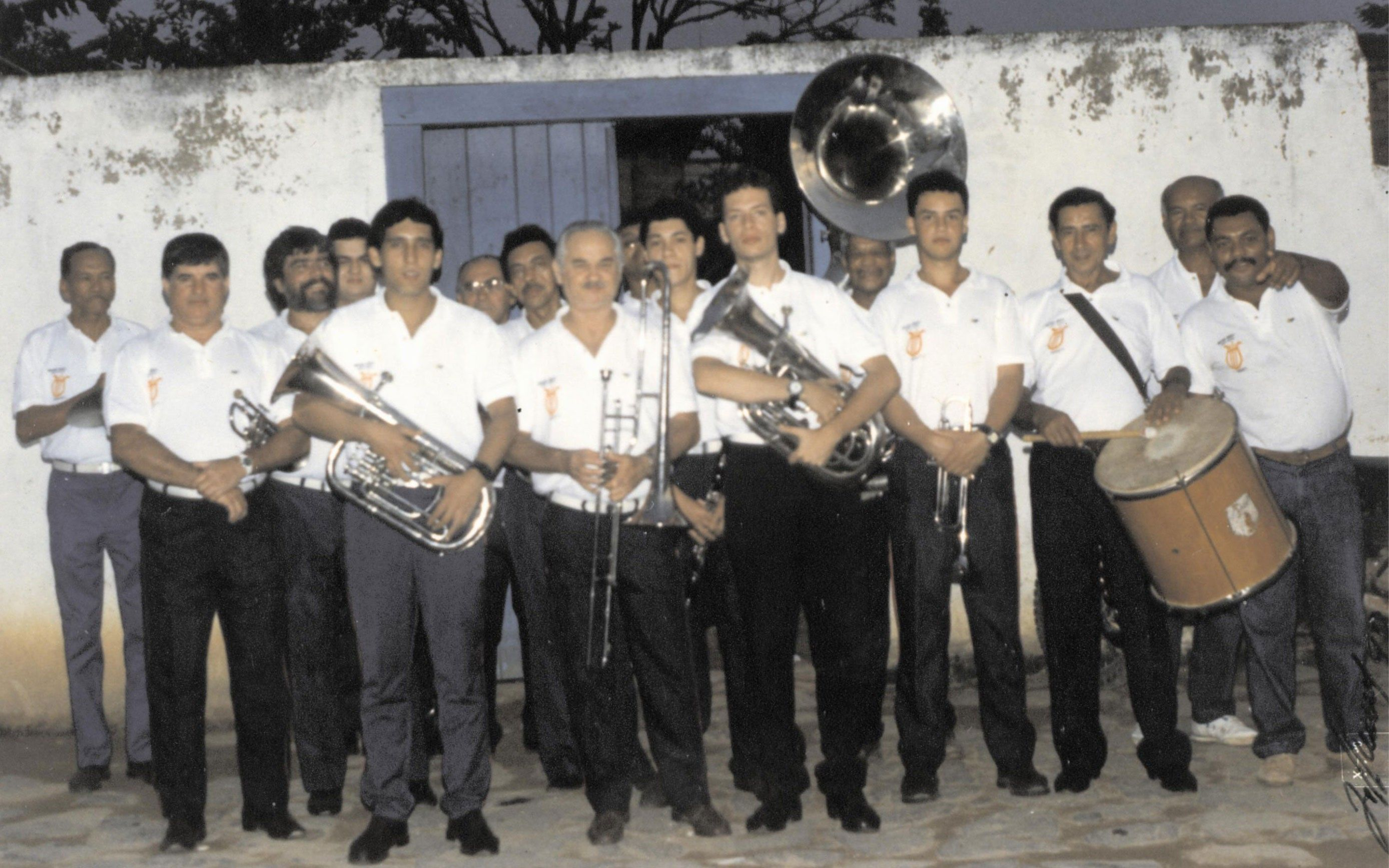 Integrantes da Banda Santa Cecília na década de 1980. Na ponta esquerda da primeira fila está Nildo Oliveira, atual presidente do grupo. O primeiro à esquerda, na última fila, é Maestro Potinho, um dos fundadores da banda (Foto: Divulgação)
