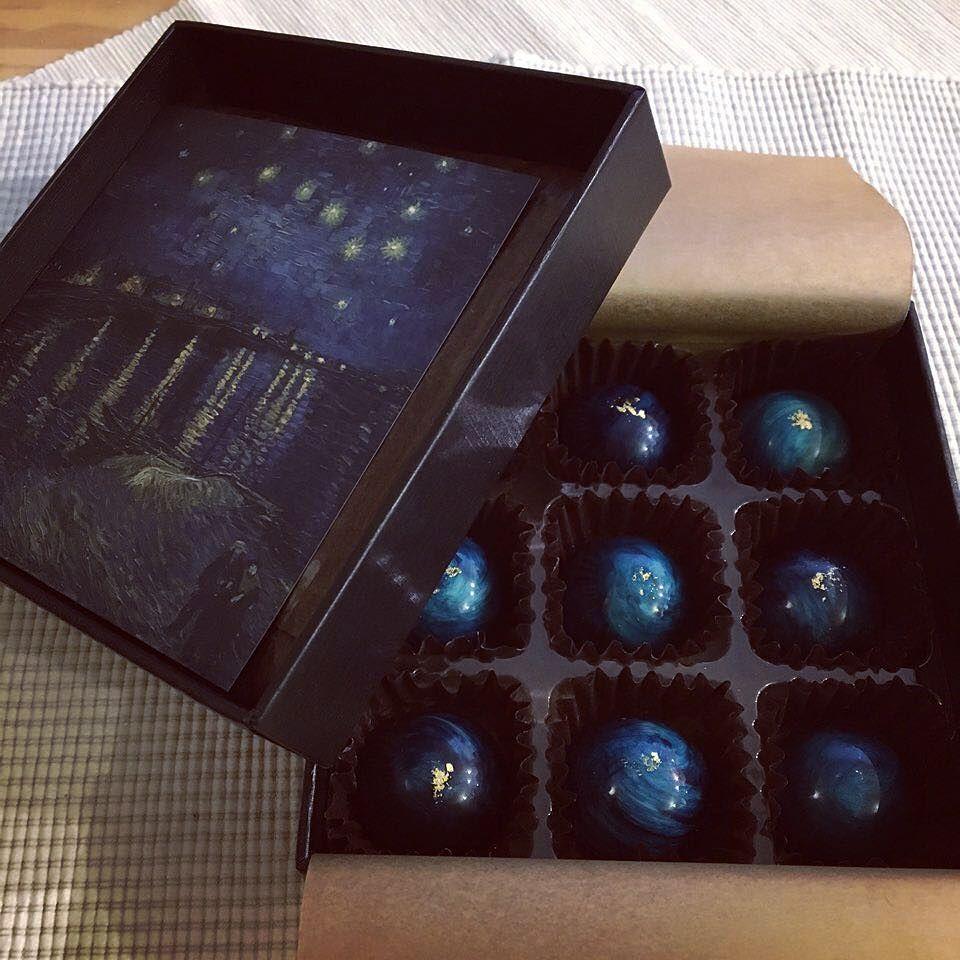 고흐의 그림을 모티브로 만들었다는 별이 빛나는 밤 초콜릿. 엄청 예쁘다. 하나씩 아껴먹는 중.  #발렌타인데이 #초콜릿 #valentineday #vangogh #chocolate by moonsafari211