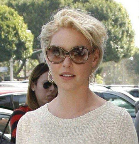Photo of Stylish, mature women with short hairstyles //