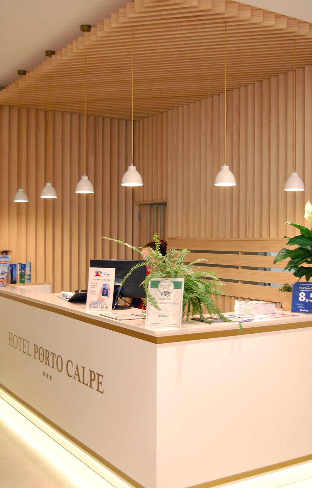 Iluminacion recepci n hotel porto calpe recepci n for Diseno de muebles de oficina modernos