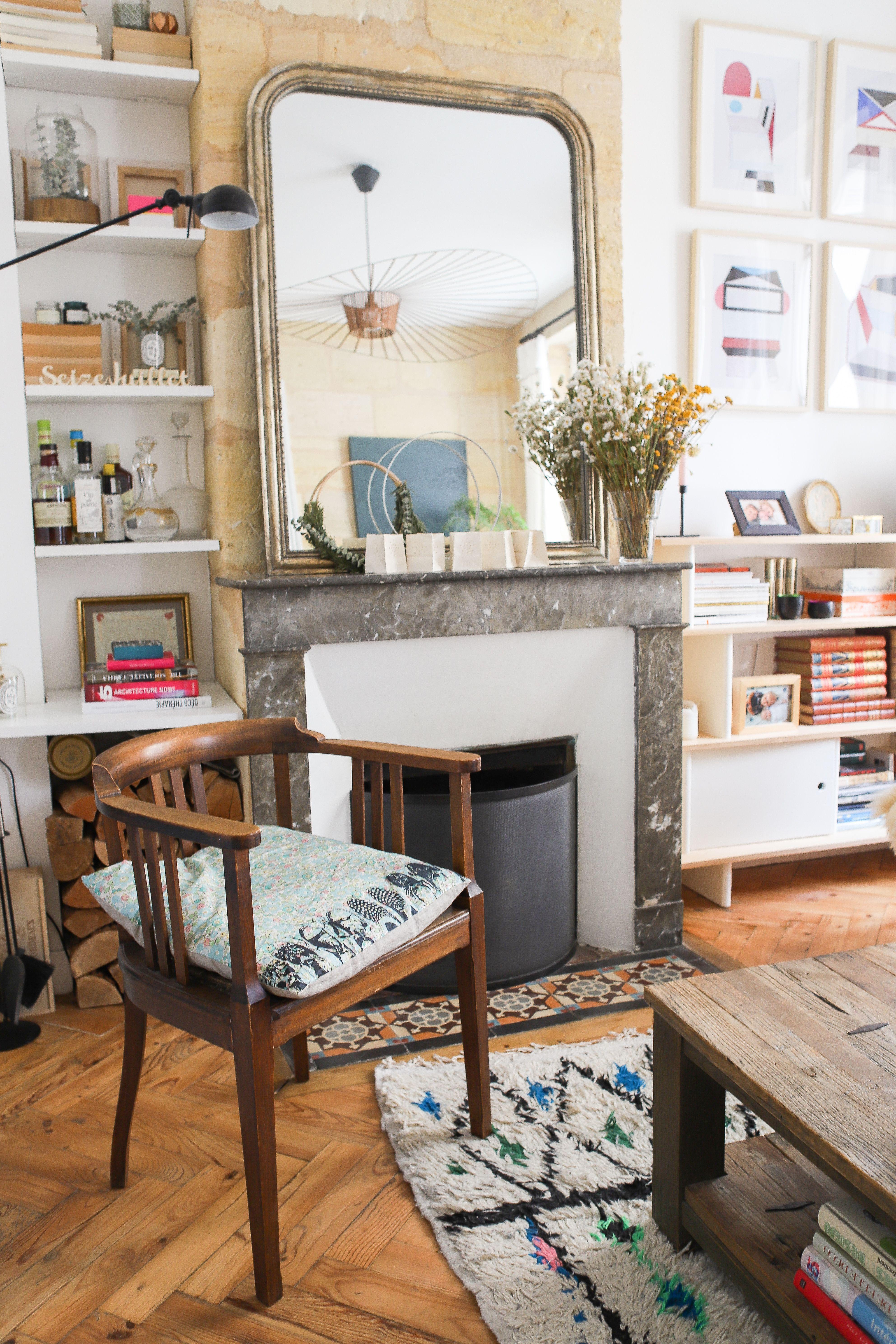 déco salon vintage  miroir et cheminée ancienne fauteuil
