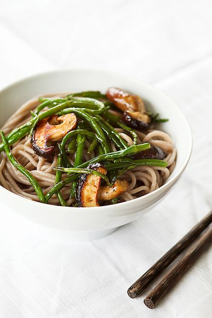 zeker maken! soba noodles with sea asparagus and shiitake by photo-copy,