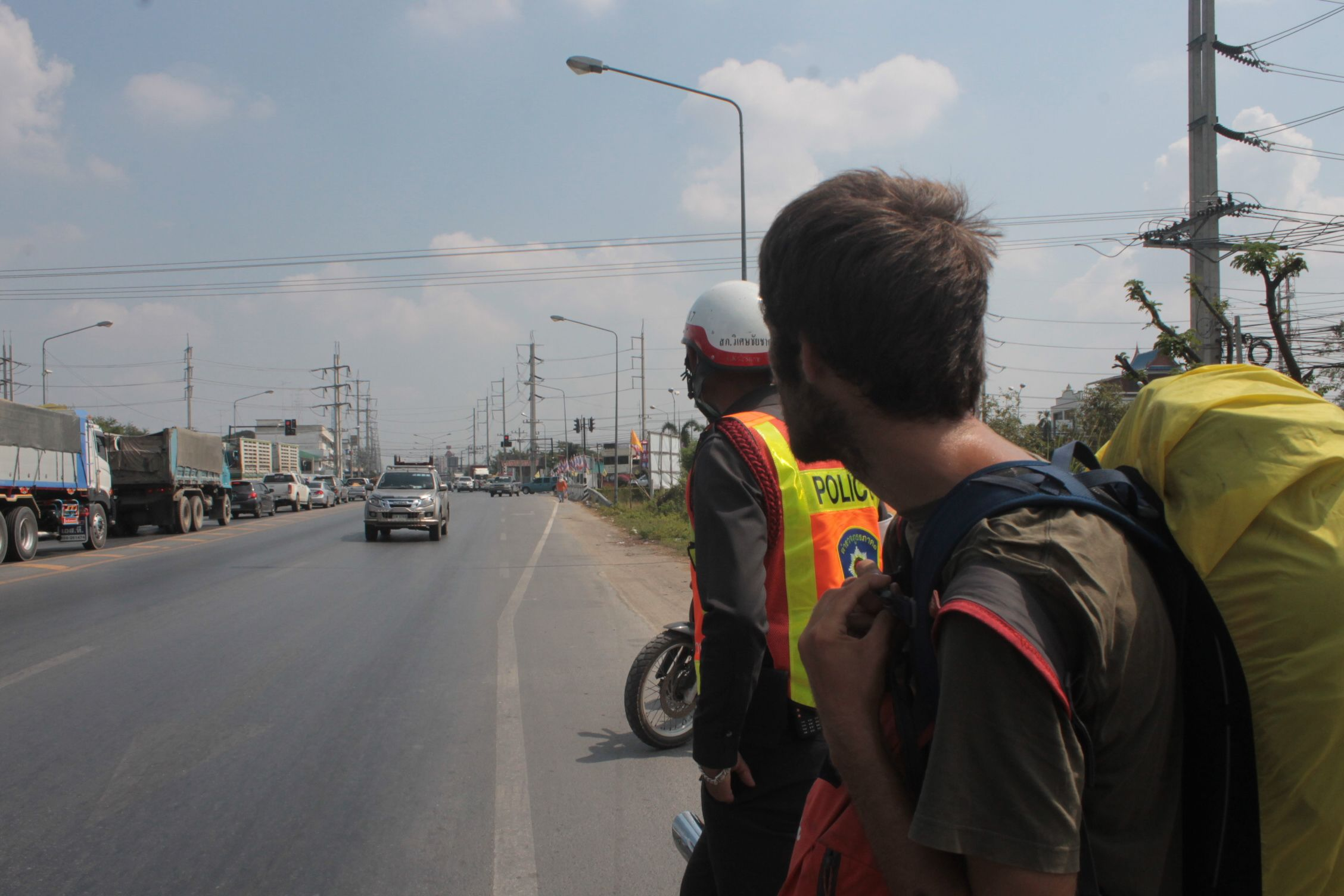 Haciendo autoestop cpn la policia tailandesa