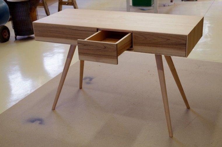 Bureau à tiroirs porté par 4 pieds fuselés évoquant les meubles des