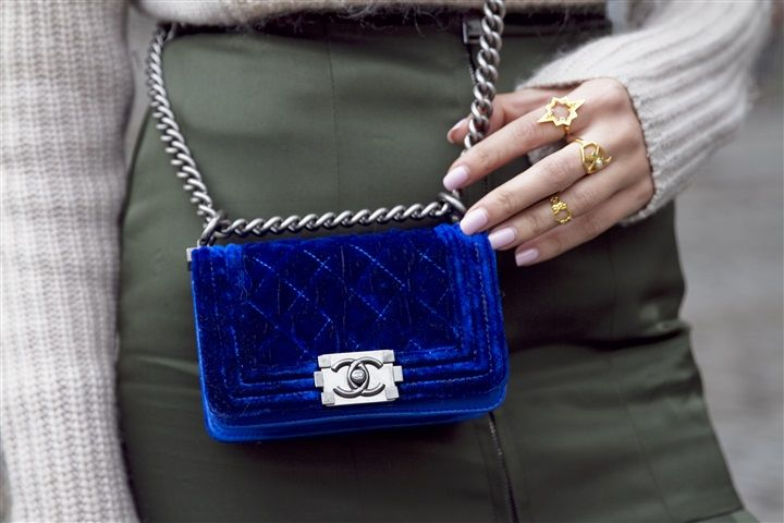 Street Style: London Fashion Week- Seventies. Blue velvet mini bag