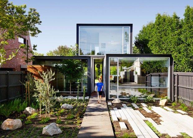 Modern droomhuis dat bestaat uit drie opgestapelde kubussen