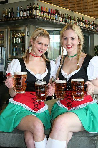 Deutsche Biermädchen mit schönen Kostümen www