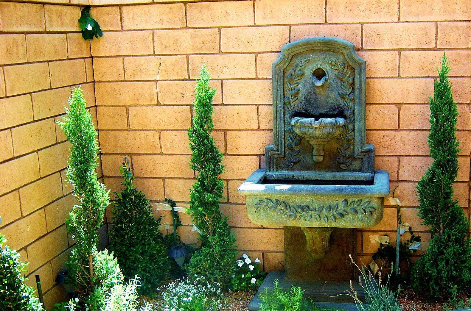Wall fountain, Italian villa garden | THE grass is always greener ...
