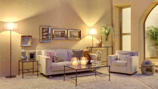 Salón con muebles metálicos. muebles que combinan la elegancia ...