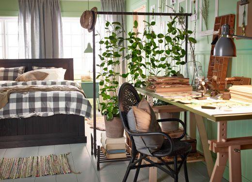 coin bureau s par de la chambre coucher par des plantes grimpantes install es sur une tringle. Black Bedroom Furniture Sets. Home Design Ideas