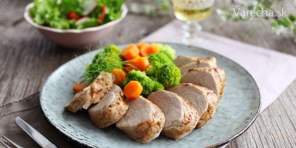Komerčný recept Jemná, na olivovom oleji dusená bravčová panenka podávaná s brokolicou a mrkvou vytvorí jedinečné hlavné jedlo  vášho dňa.