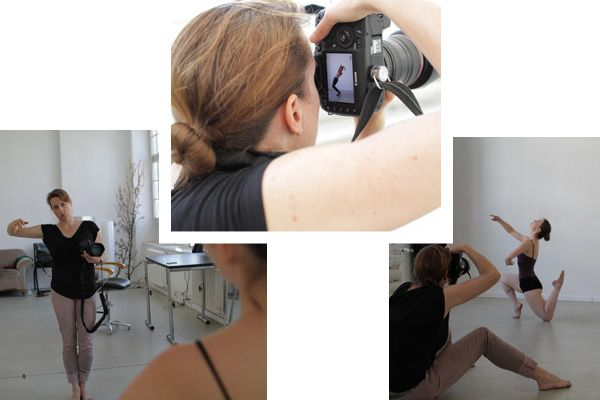 The photographer Silke Woweries during her shooting with dancers.
