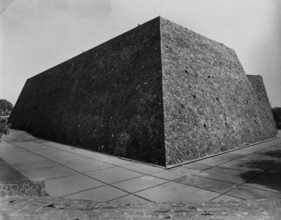 Frontones, Ciudad Universitaria (UNAM), Ciudad de México 1952 Arq. Alberto T. Arai Foto. Armando Salas Portugal ca. 1960 Fronton courts, University City (UNAM), Mexico City 1952