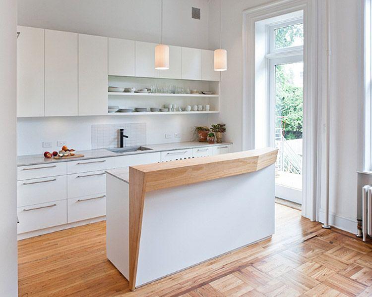 Hieno käsintehty puutaso valkoisessa keittiössä.