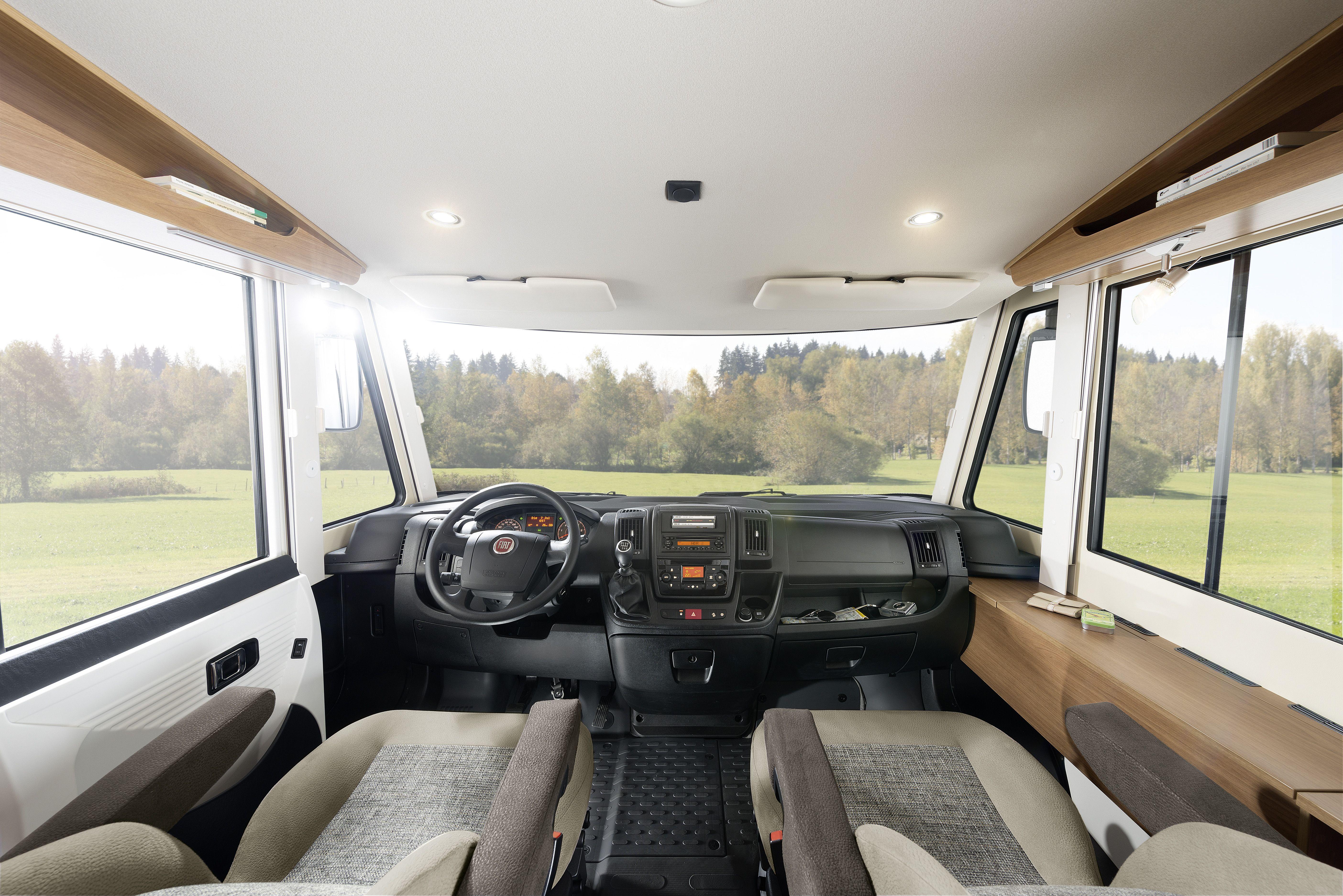 Wygodne siedzenia dla kierowcy i pasażera, które można później wykorzystać do siedzenia przy stole