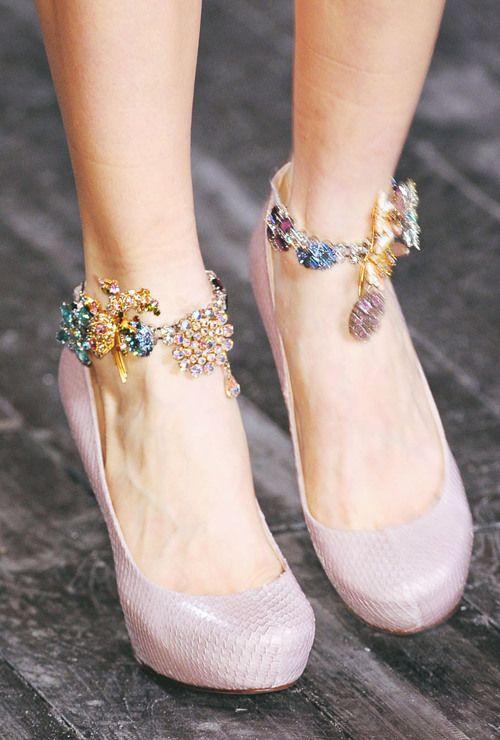 Samanlaiset nilkkakorut molemmissa jaloissa. Upea! Matching anklets on both feet.