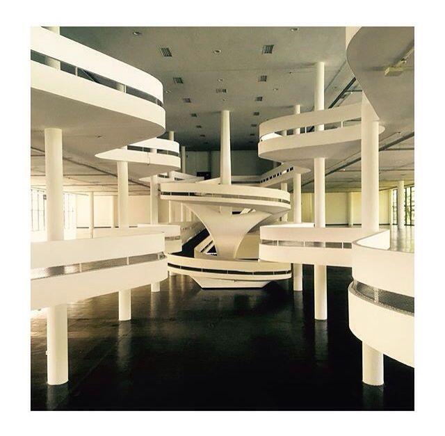 #arquitetura #oscarniemeyer O prédio da Bienal, Pavilhão Ciccillo Matarazzo é considerado um ícone cosmopolita da arquitetura moderna. É nele que acontece a Biental de Artes de São Paulo. Nenhum outro edifício está mais vinculado à trajetória da arte moderna e contemporânea no Brasil.