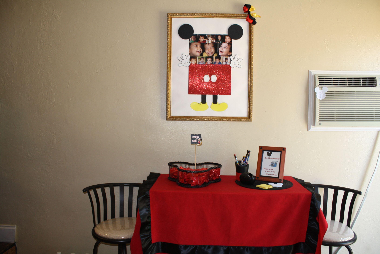 Mesa decorativa para recibir los convidados,invitandolos a escribir felicitaciones al festejado.