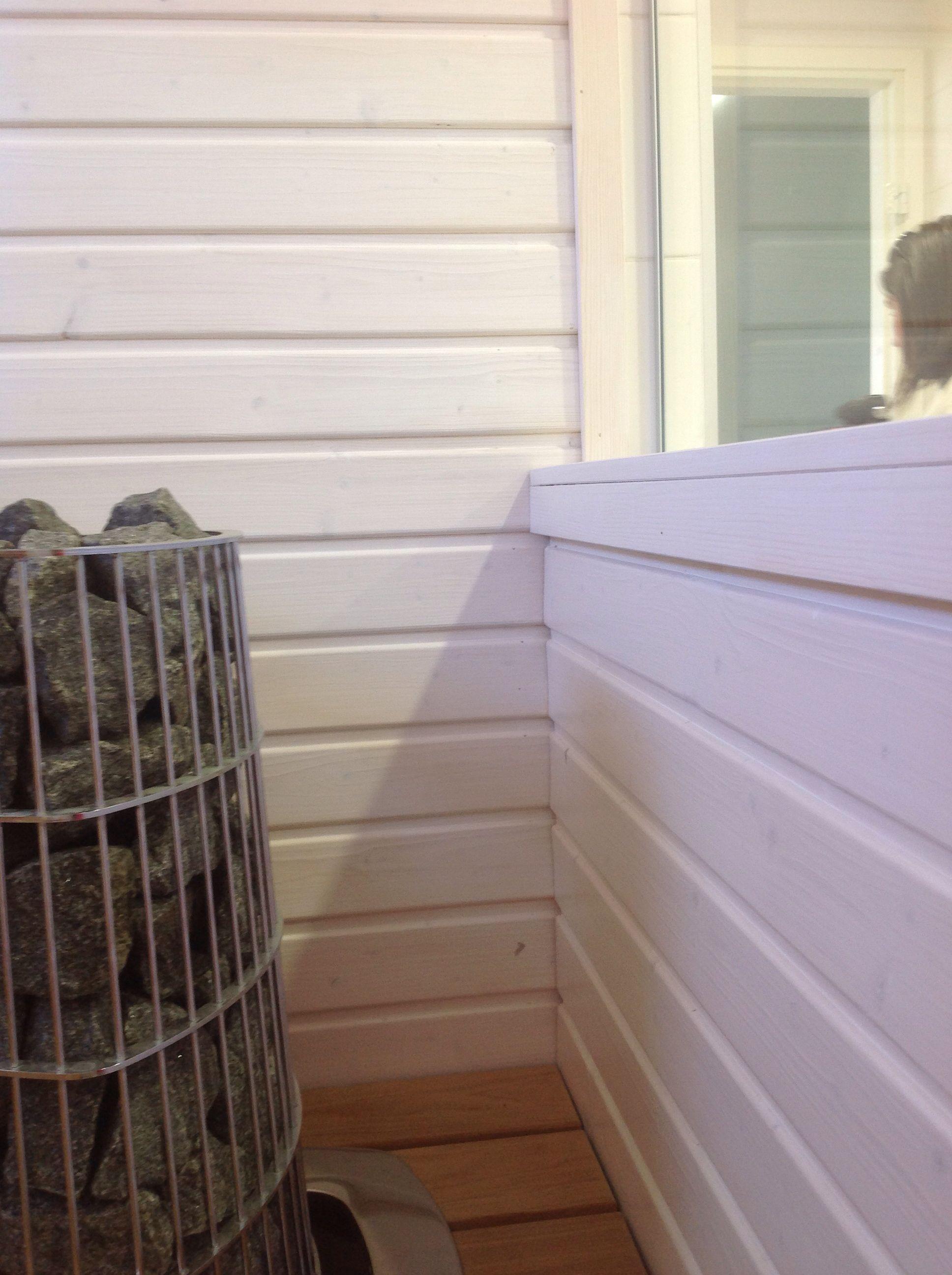Vaikoinen sauna, kiuas upotettu. Useissa kohteissa lasiseinä kylpyhuoneeseen.