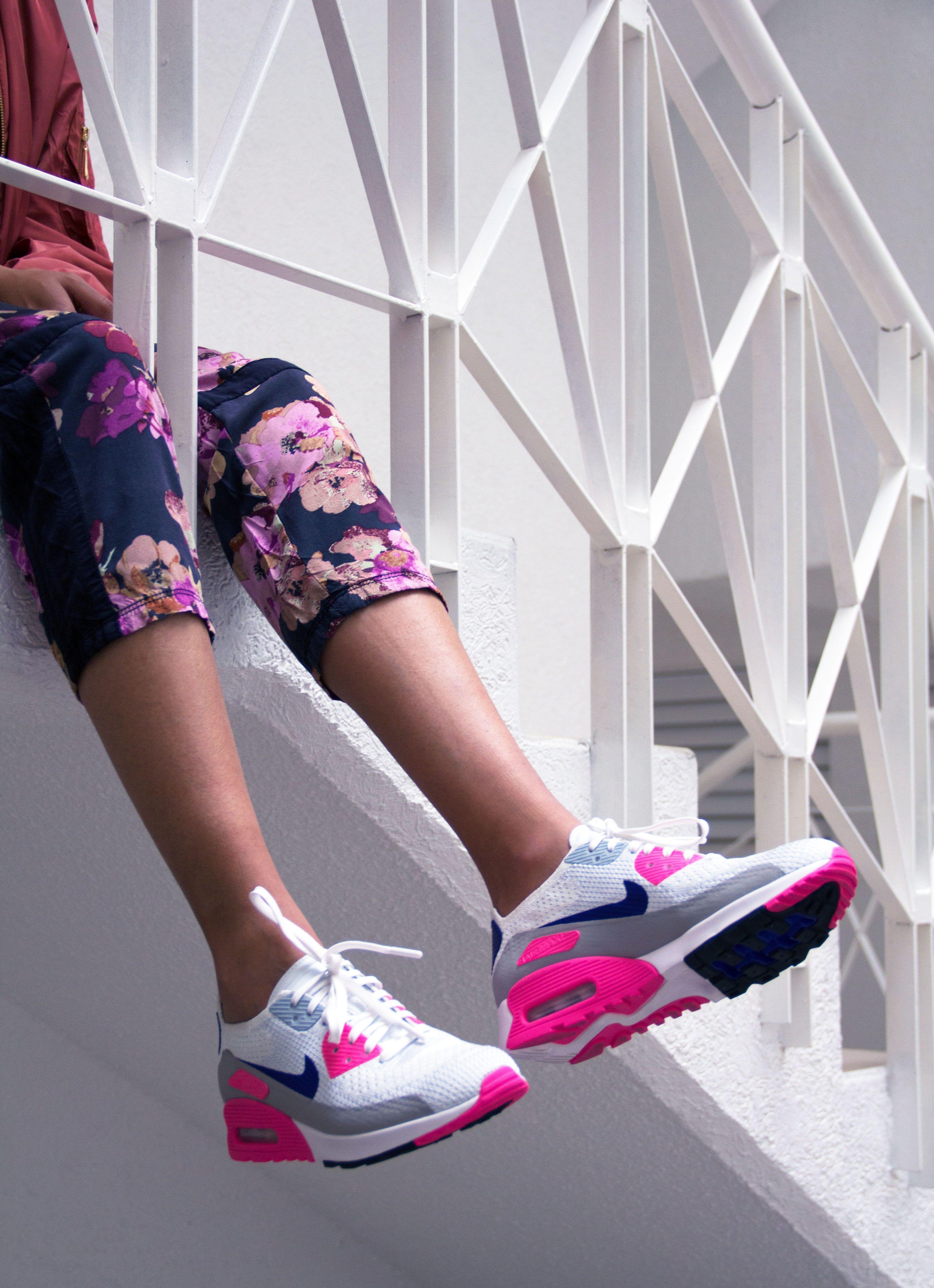 big sale ed0f1 2c4ca Pantalones de flores y tenis blancos con detalles en rosa y morado, una  combinación ganadora