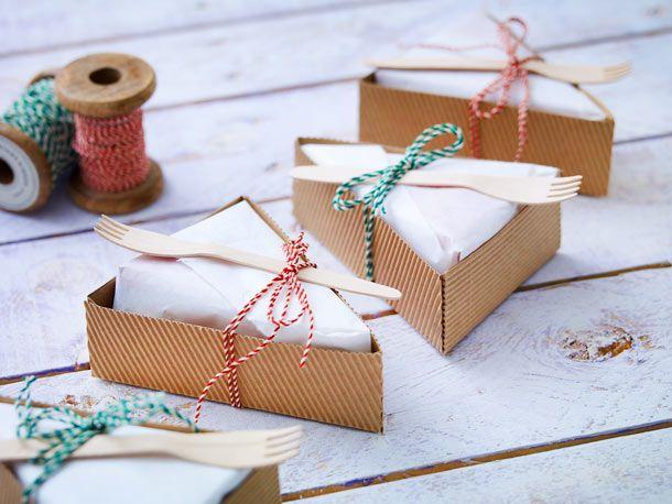 Süße Kleinigkeiten, hübsch eingetütet: Diese Ideen zum Geschenkverpackungen selber basteln begeistern die Beschenkten mindestens so, wie das Präsent selbst.