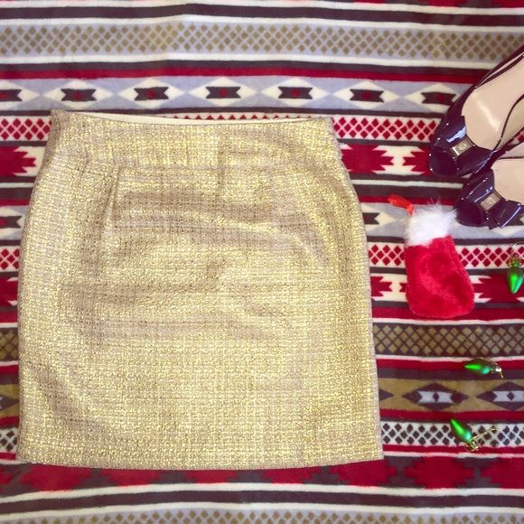 NWT Banana Republic Gold Skirt Size 0 Brand New! great skirt for holiday party's or just for adding a bit of cheer to any out fit. Never worn. NWT! Steal Deal!!!!! Banana Republic Skirts Mini
