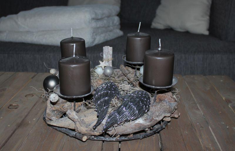 Aw90 adventskranz aus schwemmholzst cken nat rlich dekoriert mit kugeln sternen zimtstangen - Adventskranz edelstahl dekorieren ...