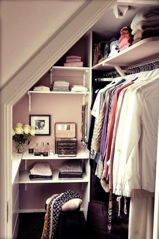kleines-Zimmer-schräge-Zimmerdecke-begehbarer-Kleiderschrank-Ideen - begehbarer kleiderschrank kleines schlafzimmer