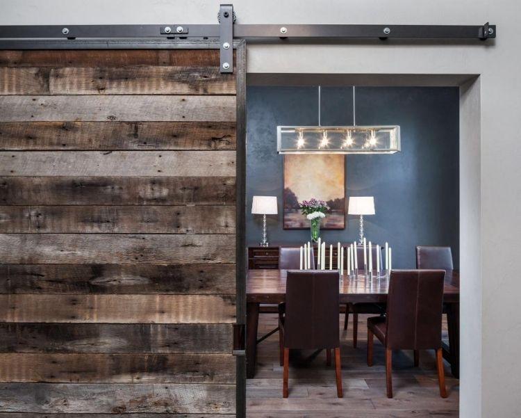 Schiebetür aus Holz trennt das Esszimmer vom Wohnzimmer ab Home