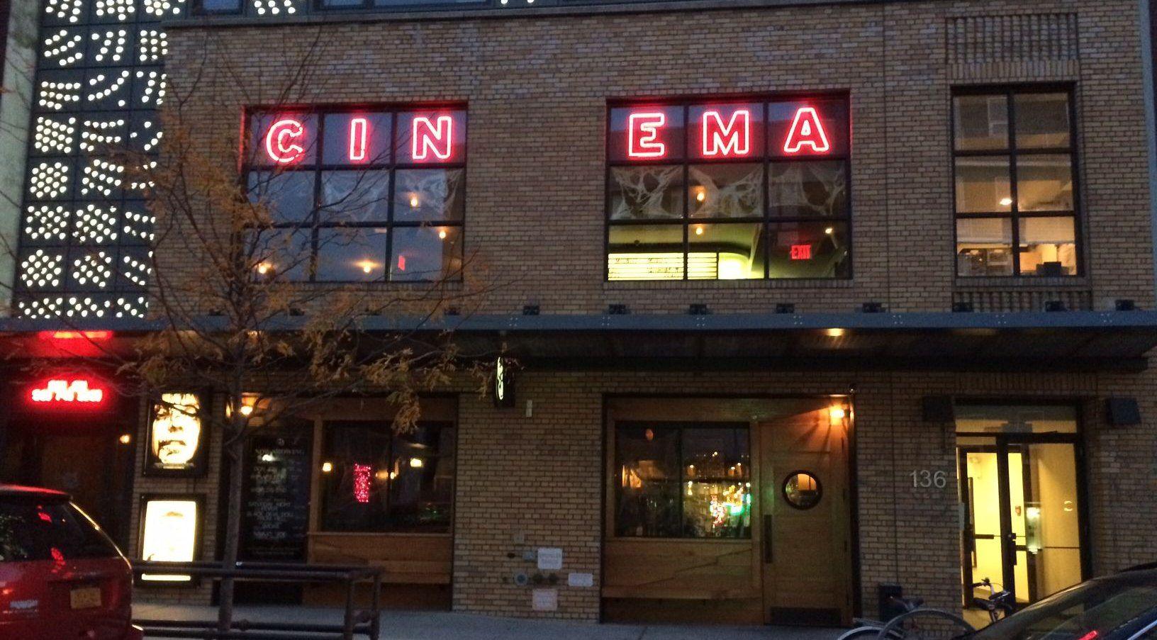 今月の劇場は、たたずまいが素敵な米ニューヨーク・ブルックリンのナイトホーク・シネマ! 夜はビルの照明でゴージャスに変身。