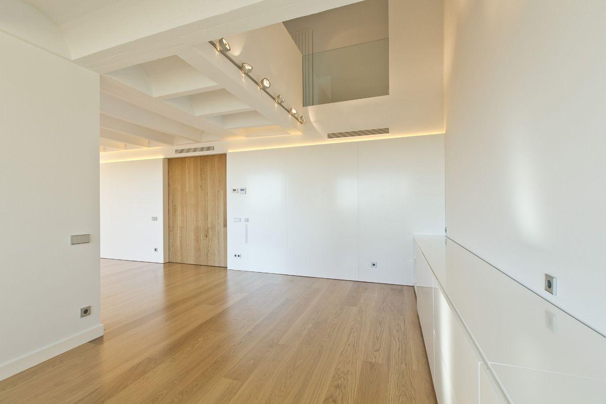 #Comedor #Salon #moderno #decoracion via @planreforma #techo #puertas #doble altura #vidrio #barandillas #iluminacion #suelos #muebles de tv #maderadiseñado por Marçal Bonadona - Arquitecto