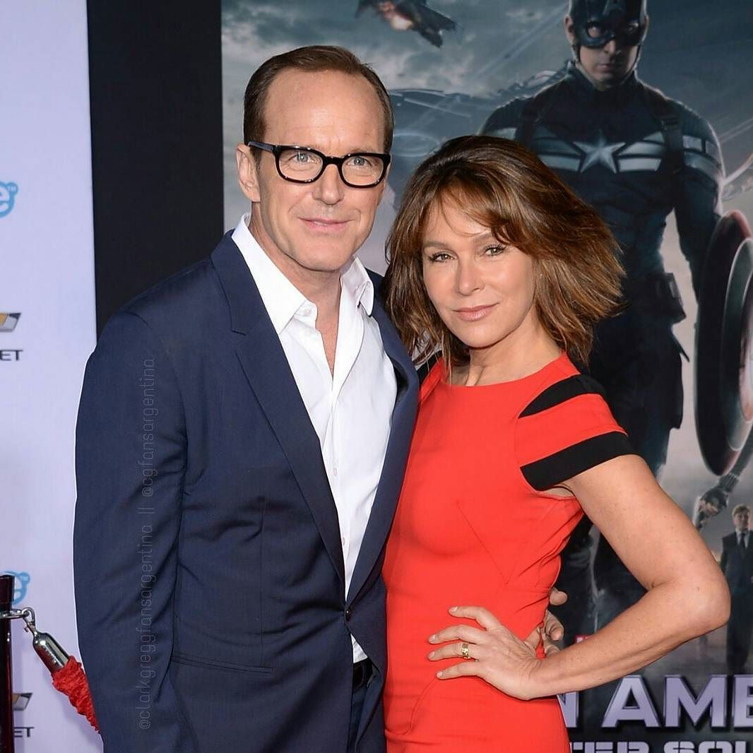 Clark Gregg La pareja más amorosa de Hollywood.  @clarkgregg @jennifergrey  #clarkgregg #jennifergrey #captainamericawintersoldier #agentsofshield #sexy #suit #smile #handsome #style #follow #director #actor #writer #directorcoulson #philcoulson #fandom #instacool #elegant  #instagood #fashion #lovehissmile #sensual #swag #marvel #bamf #beautifuleyes #sweet #badass #rockstar