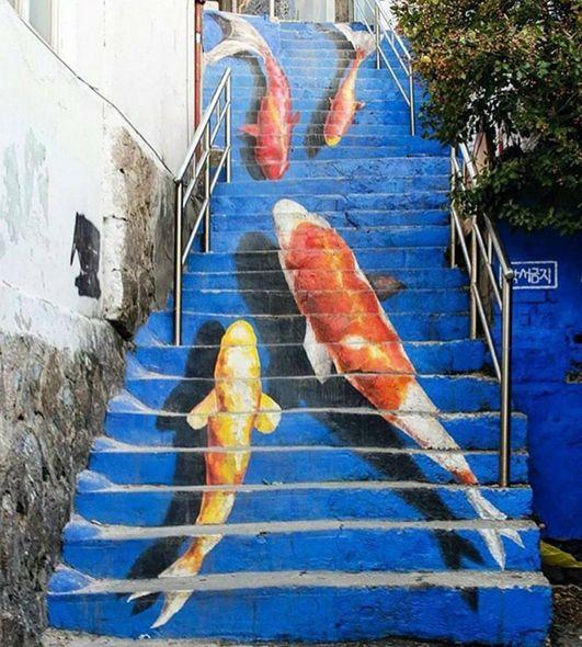 Peces dibujados en unas escaleras