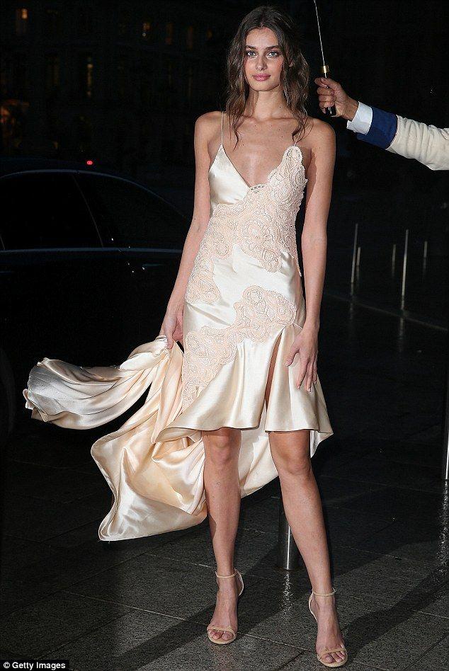 Kim Kardashian montre son ventre tendu dans un haut dénudé   – A.  MODA