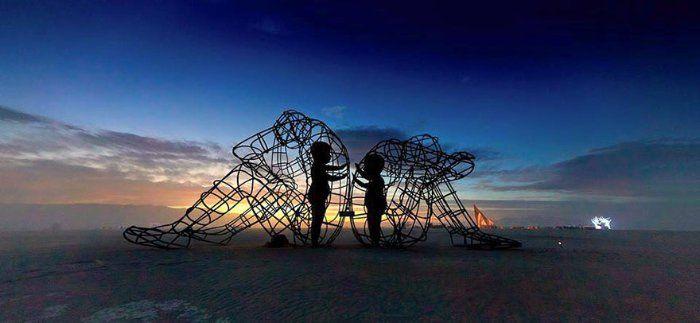 Deux enfants dans des corps d'adultes : la sculpture du Burning ...