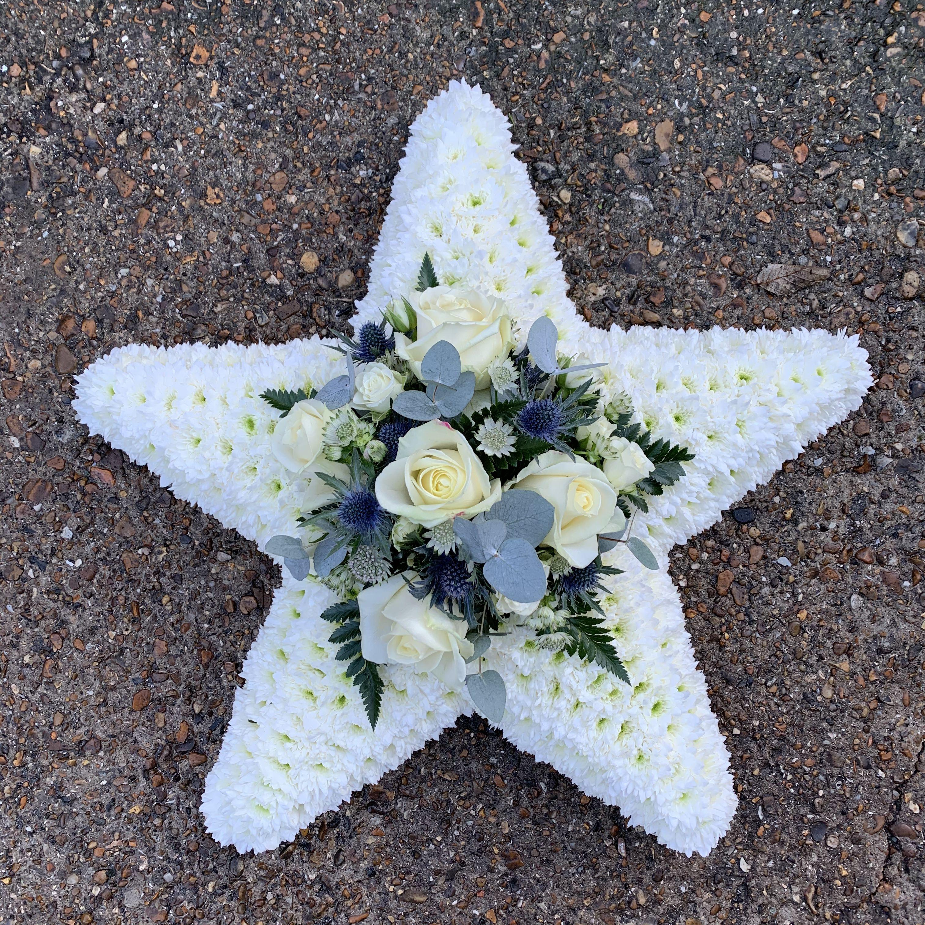 White Star Shape Funeral Flowers Tribute Wreath In 2020 Blumen Gestecke Blumengestecke Beerdigung Blumen