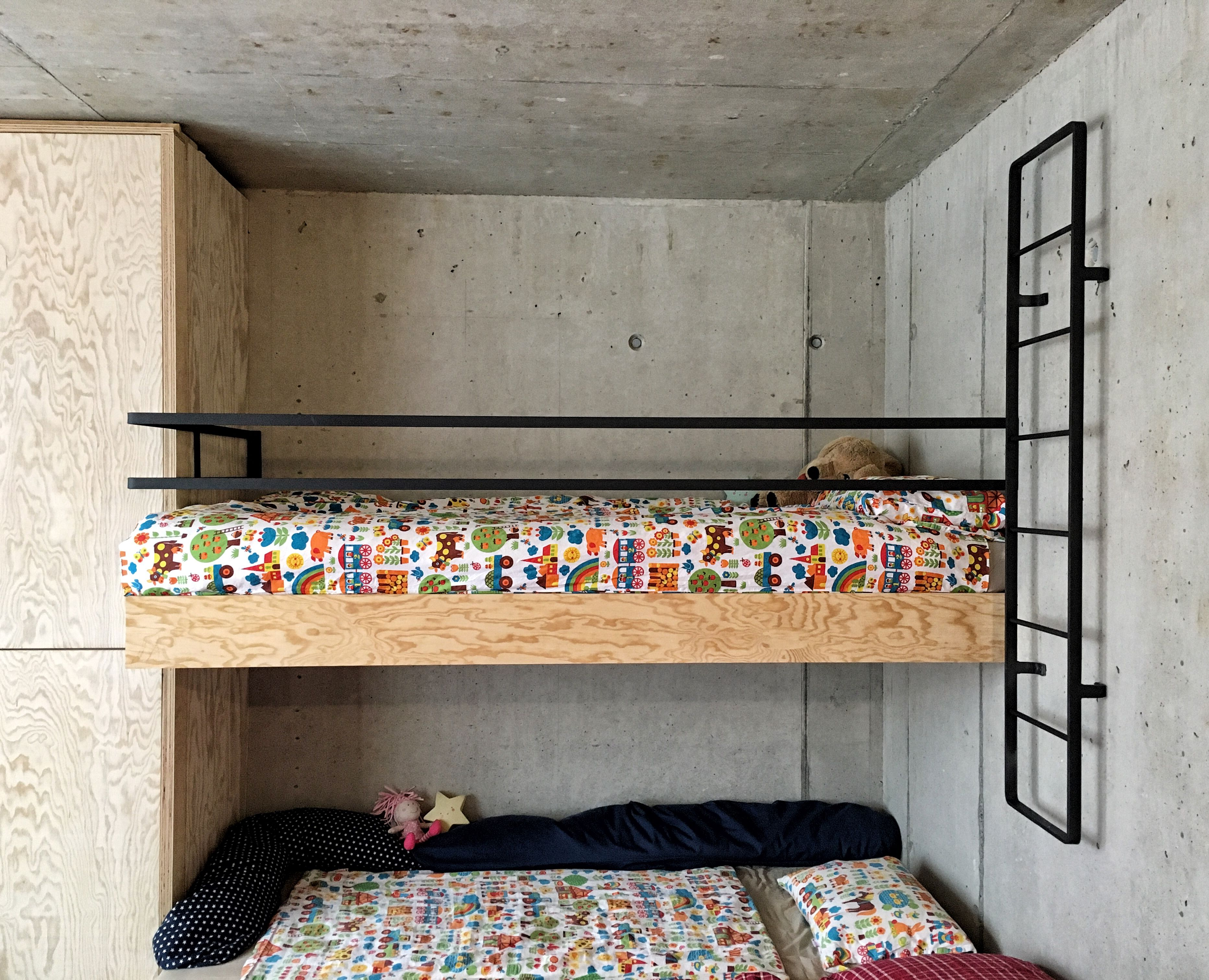 Etagenbett Absturzsicherung : Ein hochbett gemacht aus seekiefer die absturzsicherung und