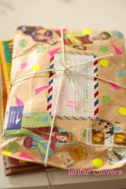 Para Envolver Un Regalo Con El Estilo De Una Encomienda Mail Art Envelopes Snail Mail Inspiration Snail Mail Art