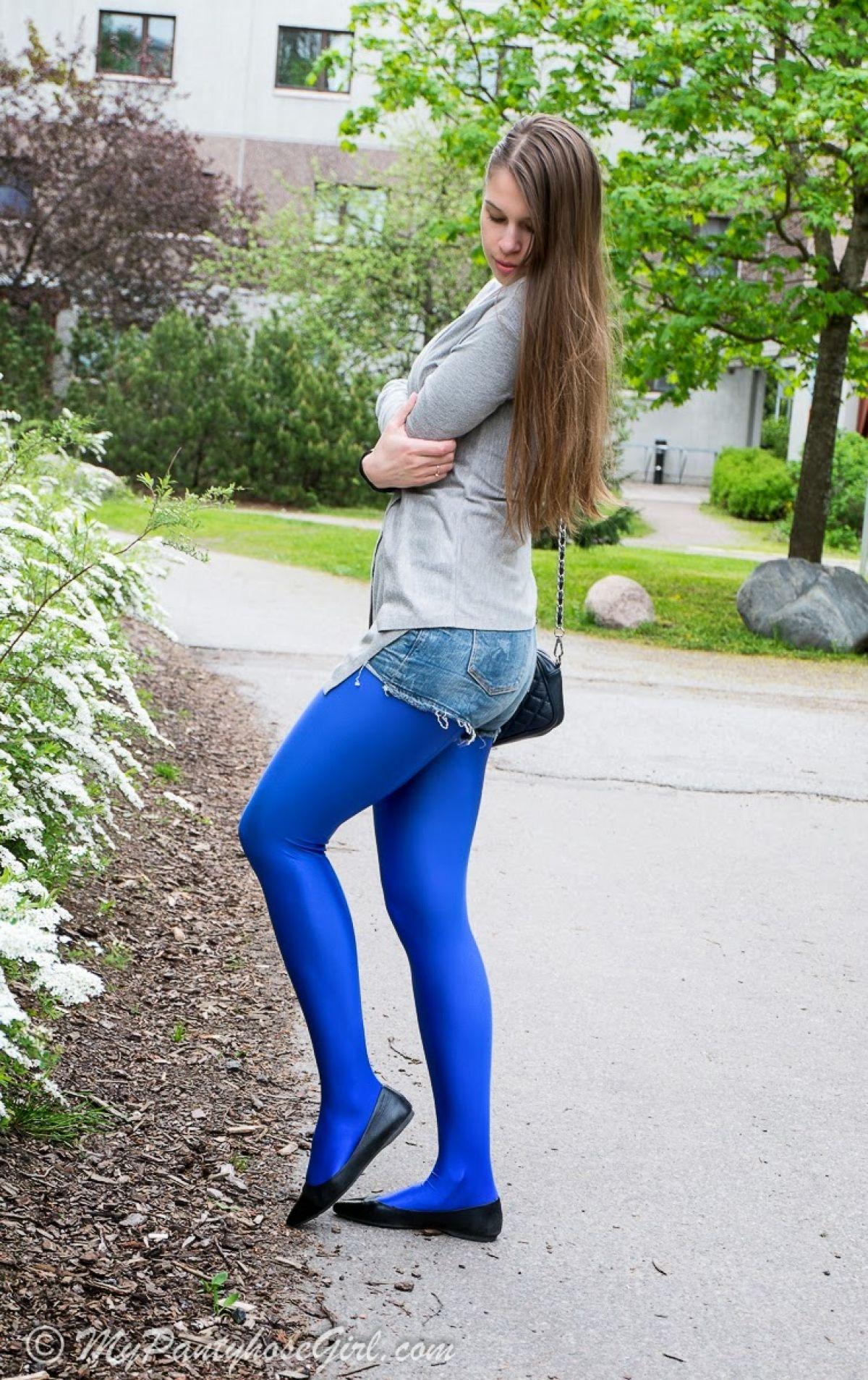 Fetisch Legging in Blau Teen Striptease