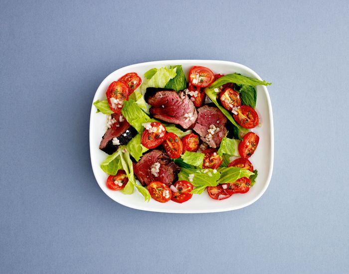 Salat med kalvemørbrad & bagte tomater   Salater Opskrifter dansk tekst   Salat, Tomater og Bagte