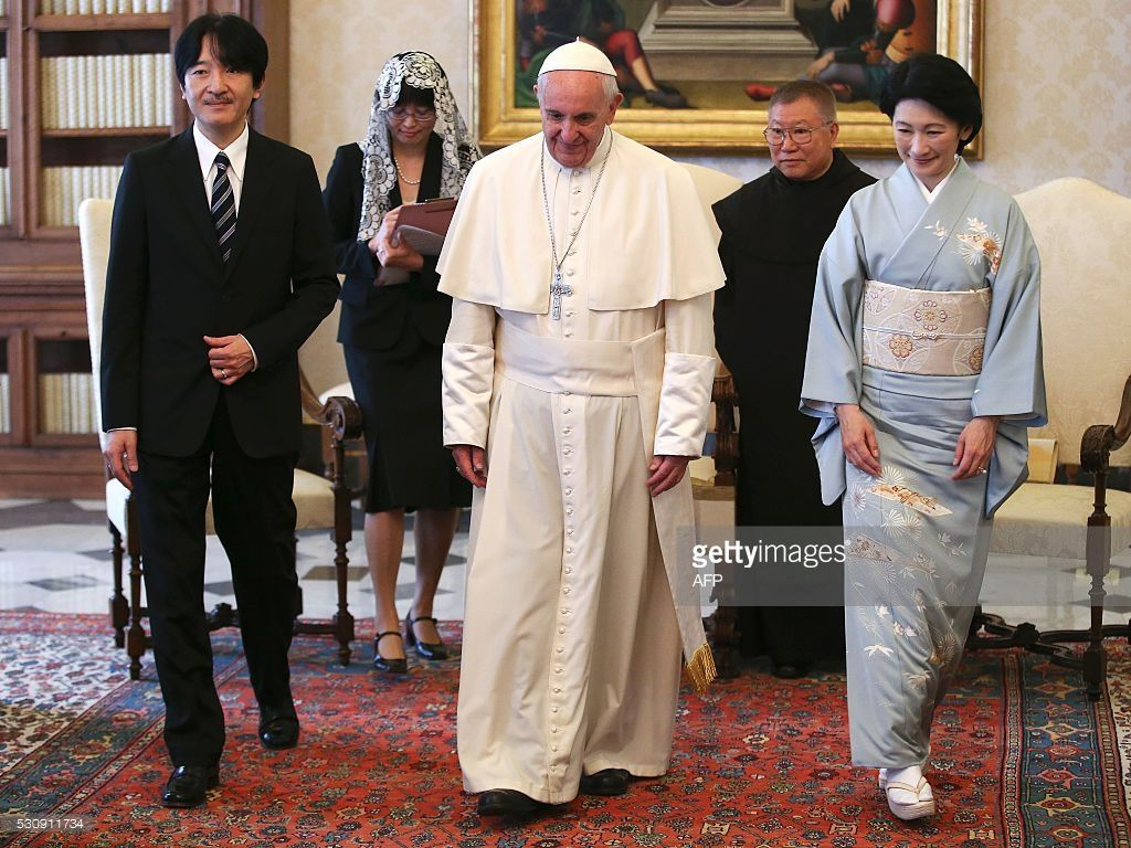 TOPSHOT - Japan's Prince Akishino (L) and his wife Princess Kiko (R) stands next to Pope Francis (C) during a meeting at the Vatican on May 12, 2016. / AFP / POOL / STEFANO