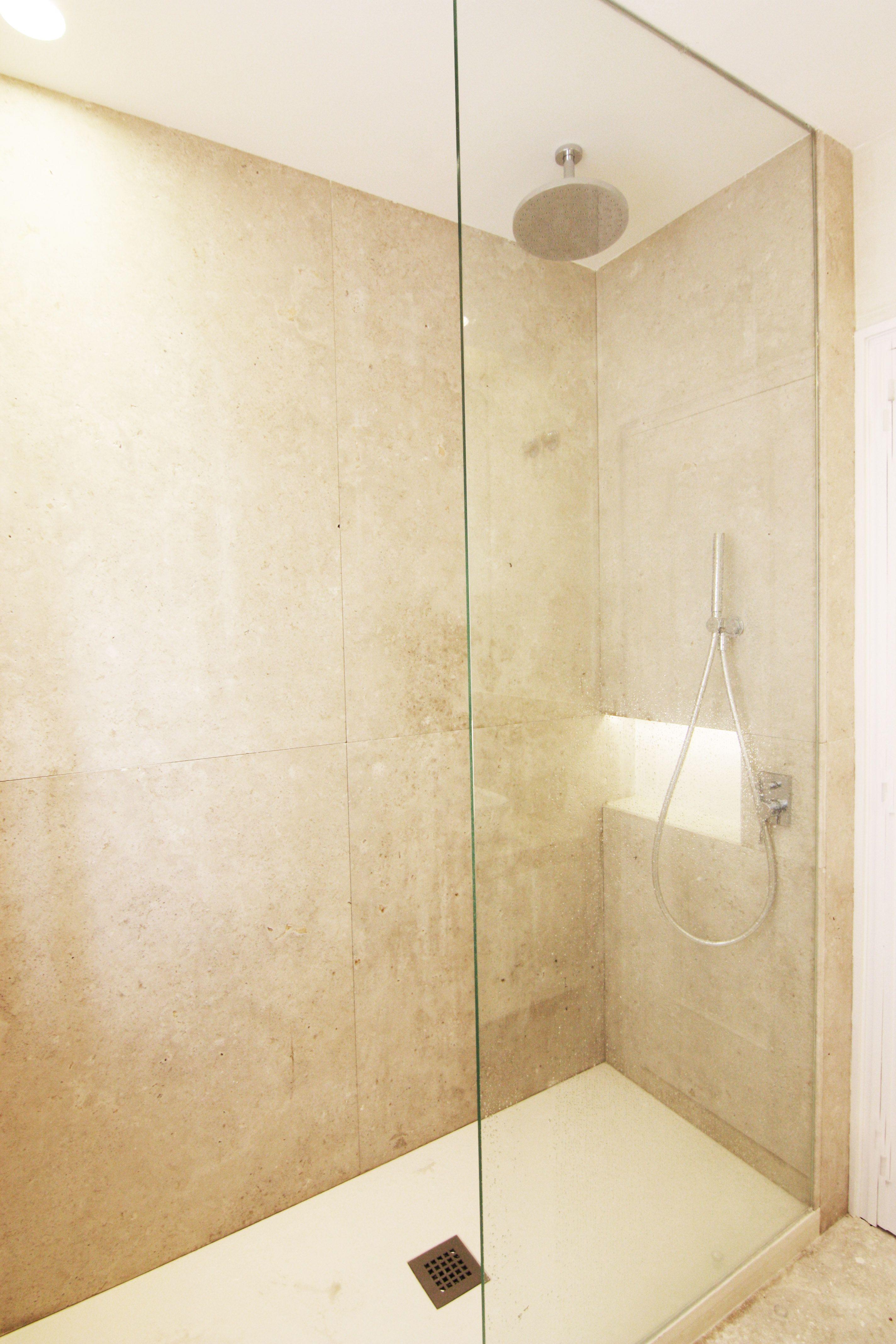 Ducha de obra y hornacina con piedra natural de campaspero for Diseno de cuartos de bano pequenos con ducha
