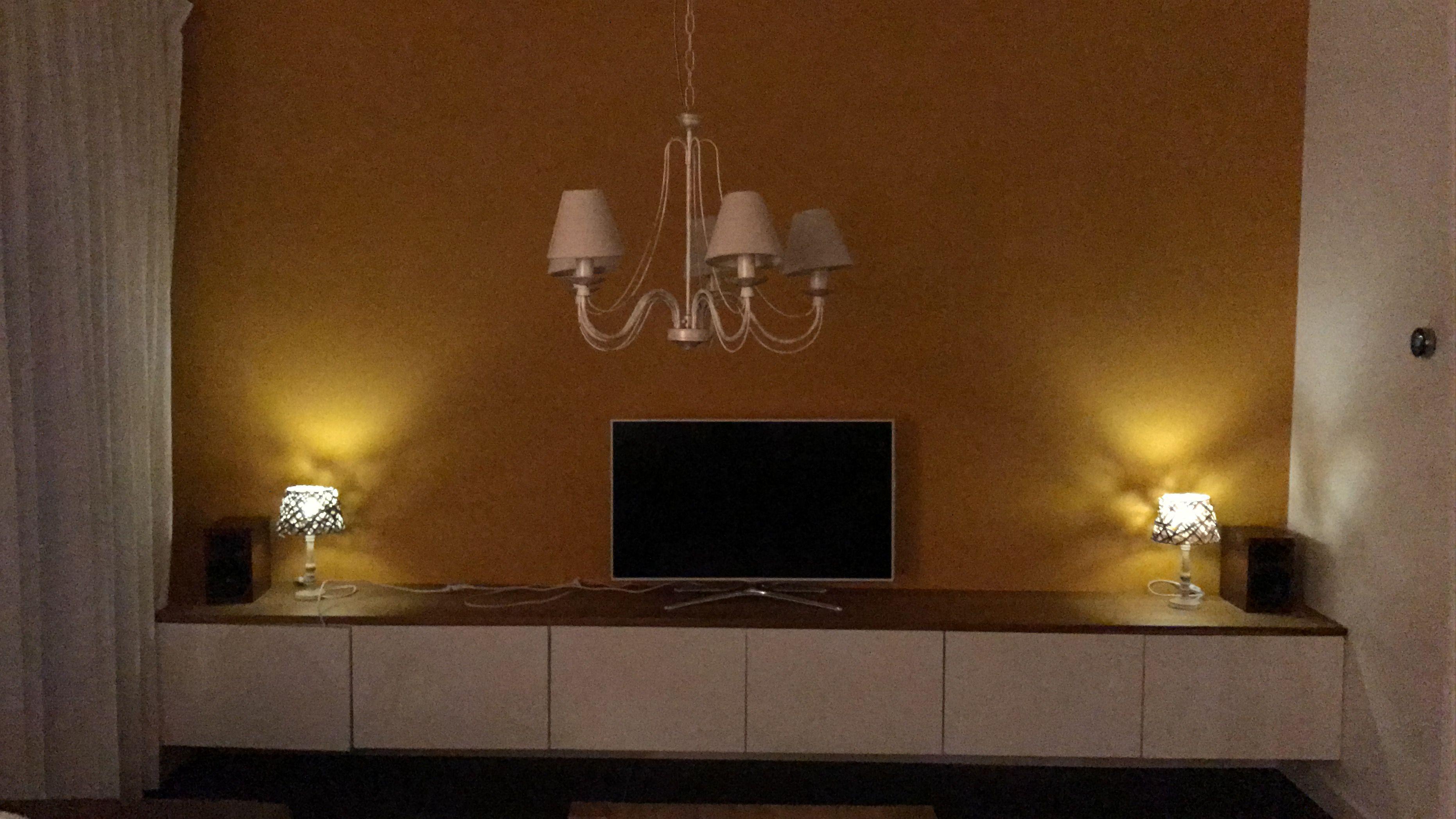 Woonkamer In De Avond Zwevend Tv Meubel Hoogglans Wit Ikea Besta