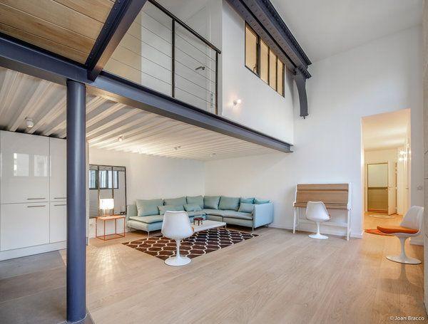 Une grande pièce à vivre avec cuisine intégrée occupe le premier ...