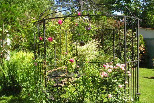 Une tonnelle romantique jardins pinterest tonnelles romantique et gloriette - Comment monter une tonnelle de jardin ...