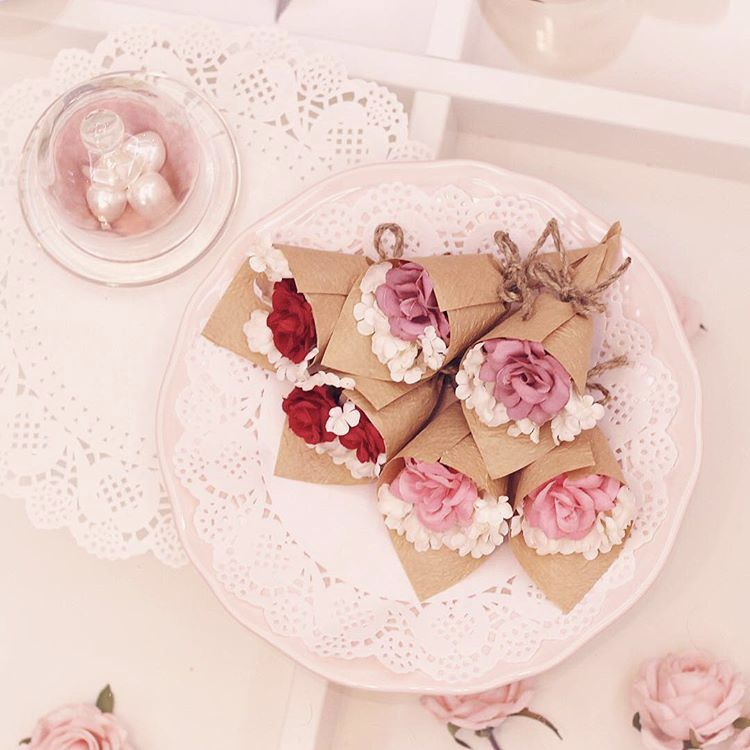 منتج جديد من التوزيعات ميني بوكيه يمكن اضافة شوكولاته حسب الرغبة بسعرها سعر البوكيه ١٠ ورد صناعي خام Eid Gifts Diy Paint Projects Diy Painting