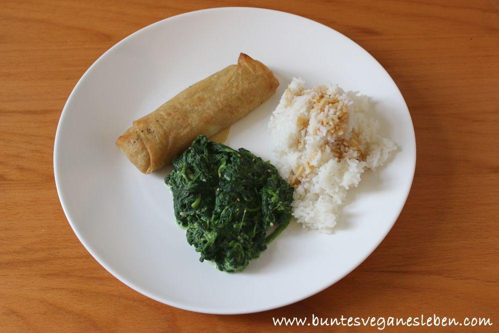 Mittags bei Natalie sprangen dann Frühlingsrollen ins Backrohr statt in die Pfanne, dazu noch etwas Spinat und Reis, alles mit Sojasosse besprenkelt. Yummie!