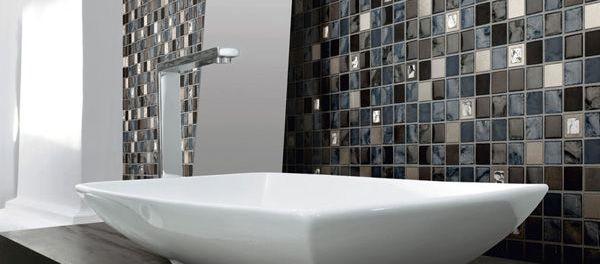 Jolie faïence dans les tons gris pour cette salle-de-bains moderne ...