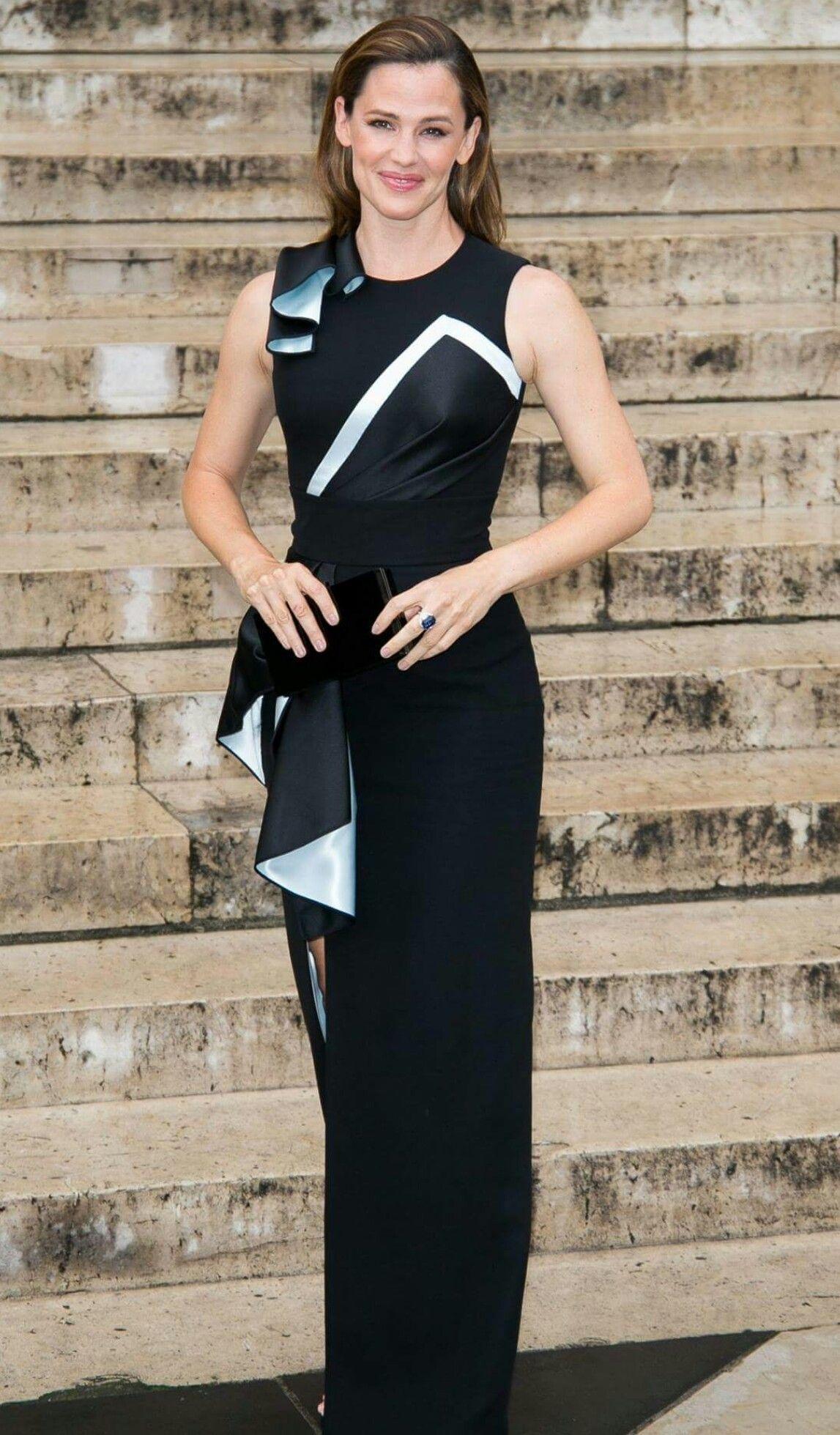 Boa tarde com a linda #jennifergarner num belíssimo vestido Versace, no último desfile, de outono 2016, da grife!💫 #elegant style #glamourous #dress