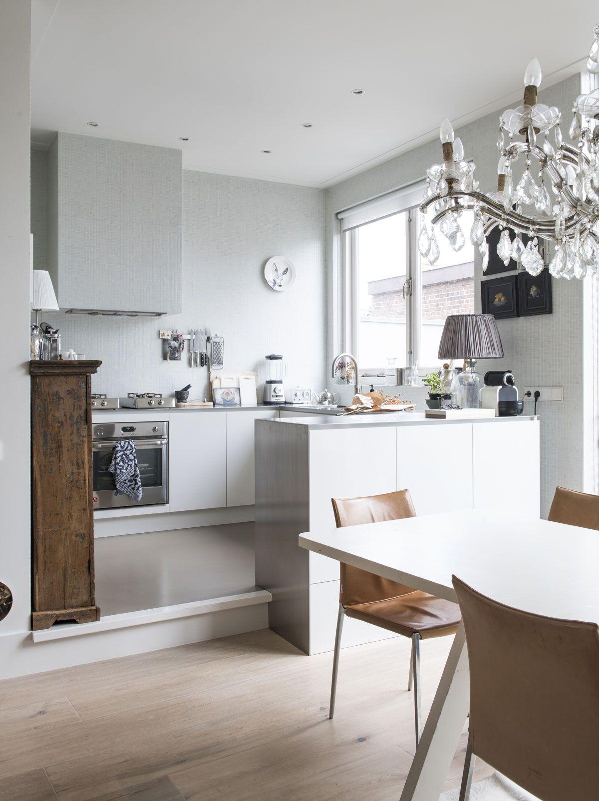 uniek interieur een verhoogde vloer in de keuken het maakt de ruimte speels n